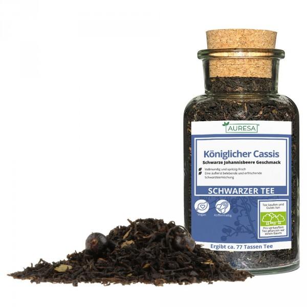Loose black tea Königlicher Cassis in a glass