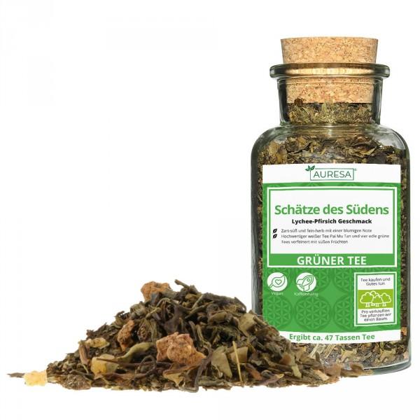 Loose green tea mix Schätze des Südens in a glass