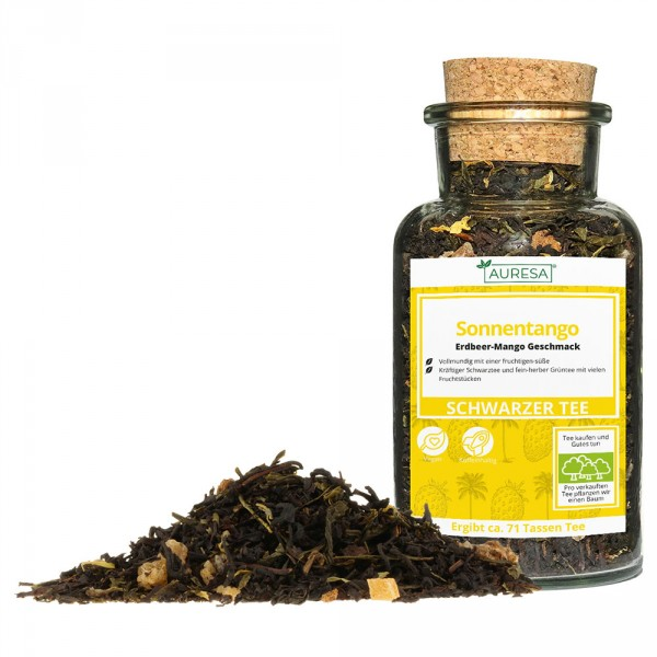 Loose green and black tea mix Sonnentango in a glass